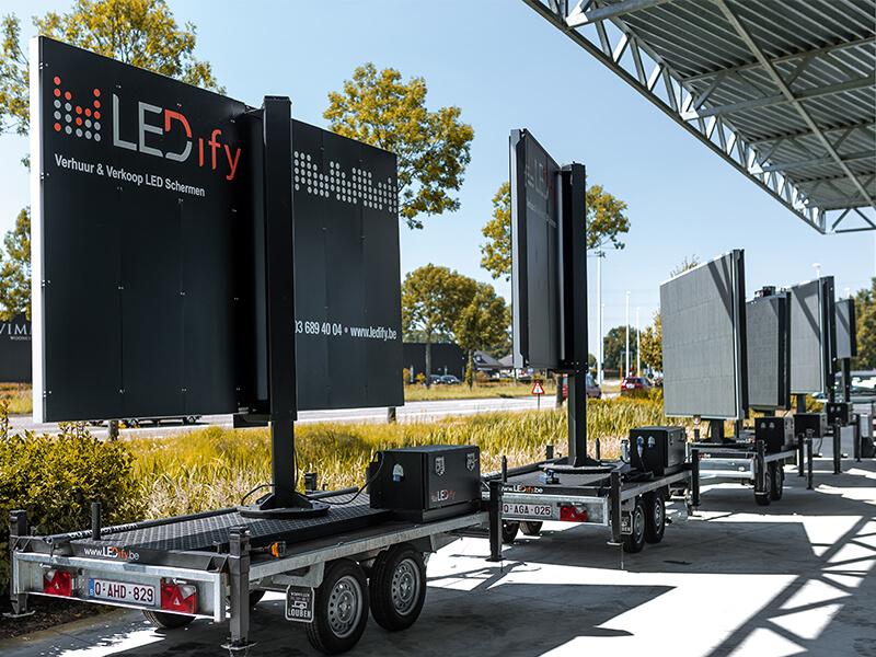 Een LED-trailer is dé geknipte oplossing voor wie een LED scherm flexibel en tijdelijk wil plaatsen voor zijn of haar event, bedrijf of organisatie. Doordat het LED scherm op een trailer staat, kan deze gemakkelijk geplaatst en terug weggehaald worden. Deze flexibiliteit maakt dat het een van de populairste oplossingen voor LED schermen is.